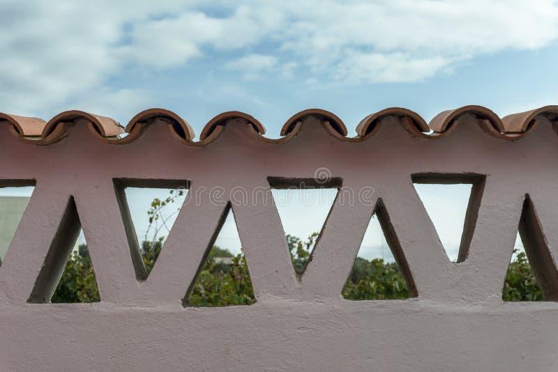 Adobe ściana z trójbokami i płytkami zdjęcie stock