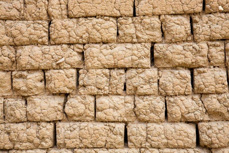 Adobe-Backsteinmauer stockbilder