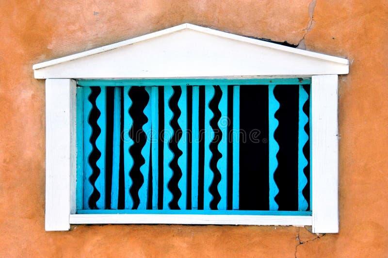 Adobe e finestra del turchese fotografie stock libere da diritti
