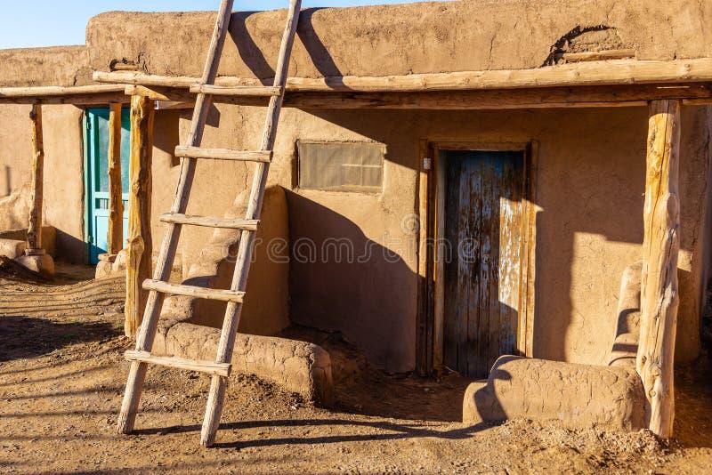 Adobe hus i den indianTaos puebloen arkivfoto