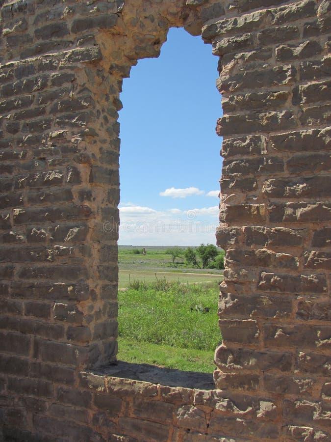 Adobe okno w rujnującym budynku fotografia royalty free