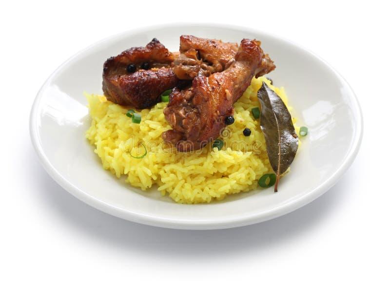 Adobo del pollo y del cerdo sobre el arroz amarillo, comida filipina imagen de archivo libre de regalías