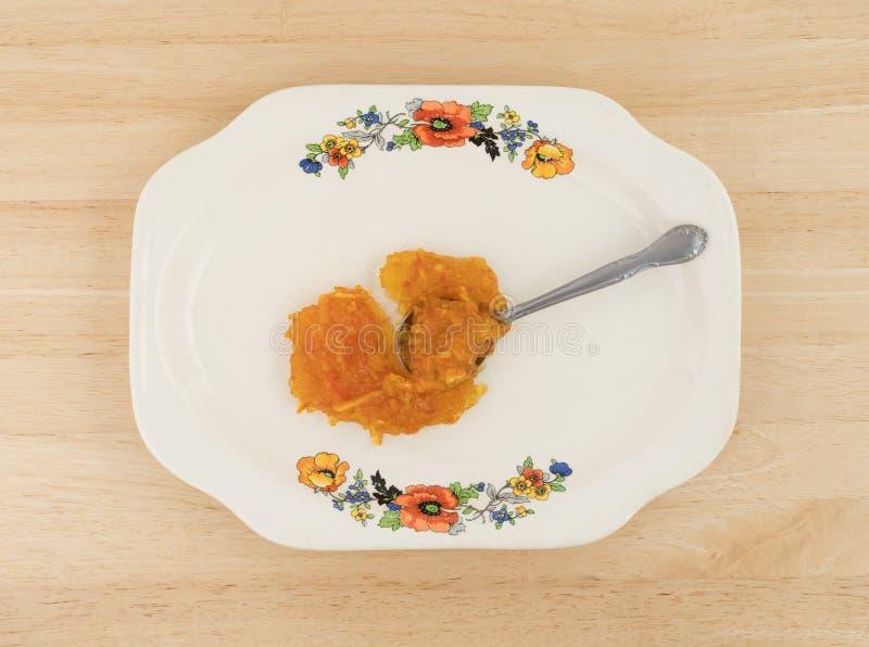 Adoce o doce de fruta alaranjado livre em uma bandeja da antiguidade da colher imagens de stock