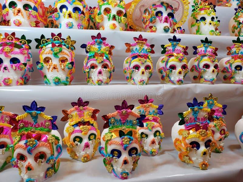 adoce os crânios decorados em um mercado mexicano tradicional para comemorar o dia dos mortos fotos de stock royalty free