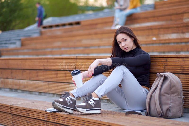 Adolescencia asiática joven de la mujer con café retrato al aire libre de la ciudad imagenes de archivo