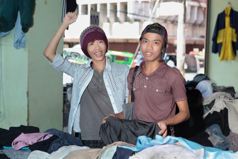 Adolescencias asiáticas que hacen compras en bazar oriental imágenes de archivo libres de regalías