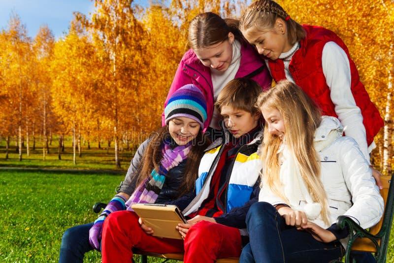 Adolescencias con la tableta digital imagen de archivo libre de regalías
