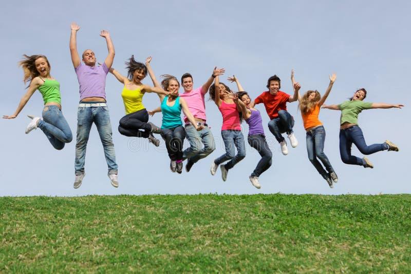 Adolescencias del grupo, salto de los adolescentes imagen de archivo