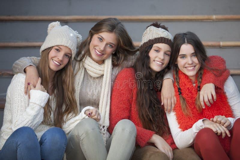Adolescencias del invierno de la moda con sonrisas hermosas imagenes de archivo