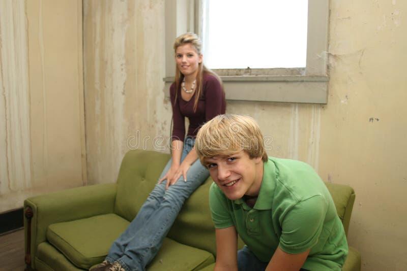 Adolescencias en el apartamento viejo foto de archivo