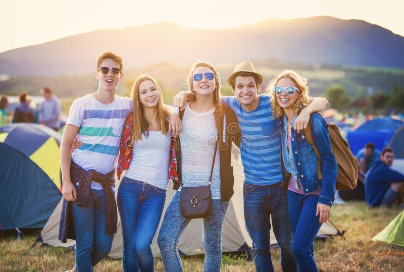 Adolescencias en el festival del verano imagenes de archivo