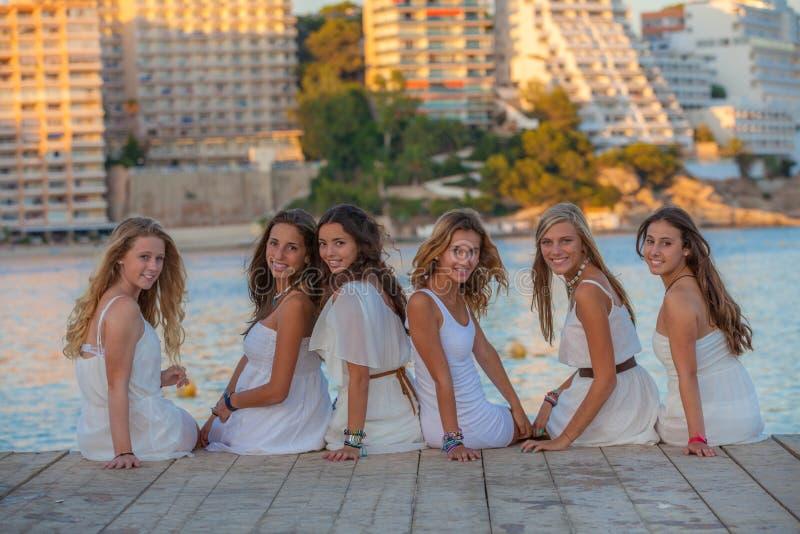 Adolescencias en la ropa blanca fotografía de archivo libre de regalías