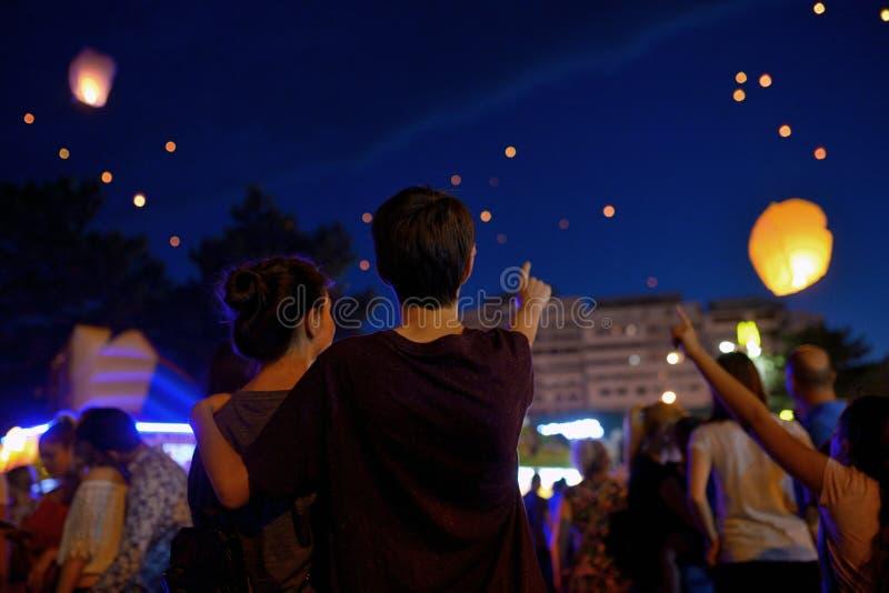 Adolescencias en linterna de papel de observación de la noche imágenes de archivo libres de regalías