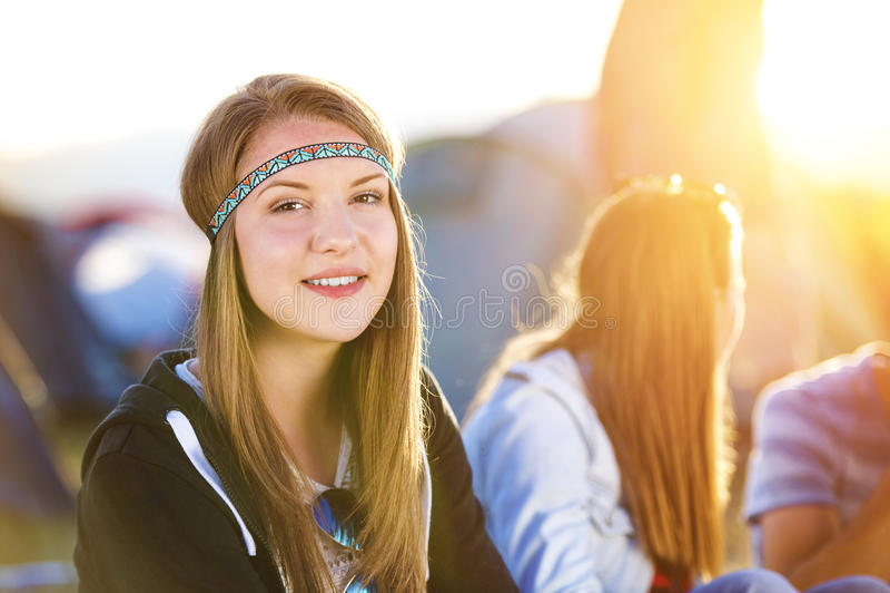 Adolescencias hermosas en el festival del verano fotos de archivo libres de regalías