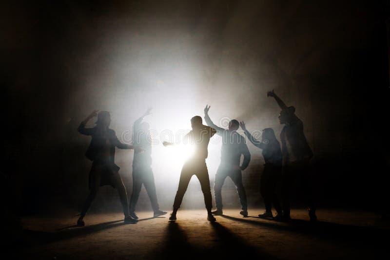 Adolescencias que participan en batalla del baile afuera fotografía de archivo libre de regalías