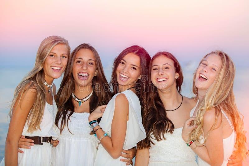 Adolescencias sonrientes felices del verano foto de archivo libre de regalías