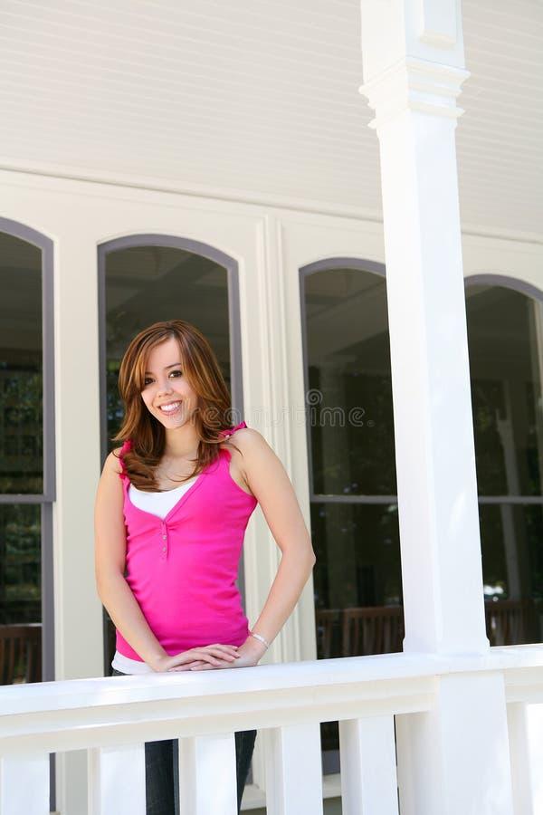 Adolescent à la maison sur le porche photos libres de droits