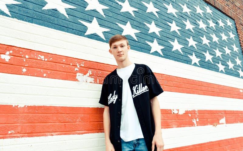 Adolescent américain dans le mur de Front Of American Flag Painted photos libres de droits