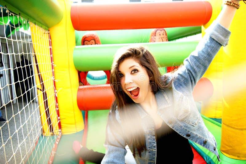 Adolescent appréciant le gonflable photos stock