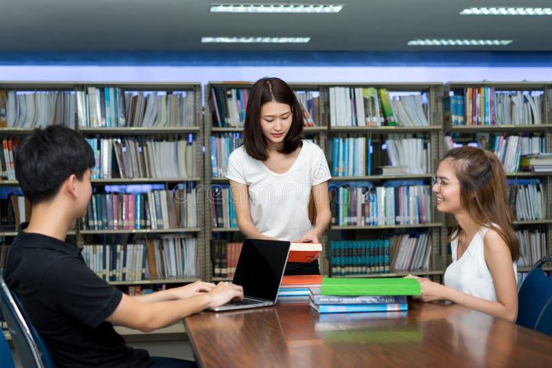 Adolescent asiatique de groupe de jeunes étudiants ensemble photo libre de droits