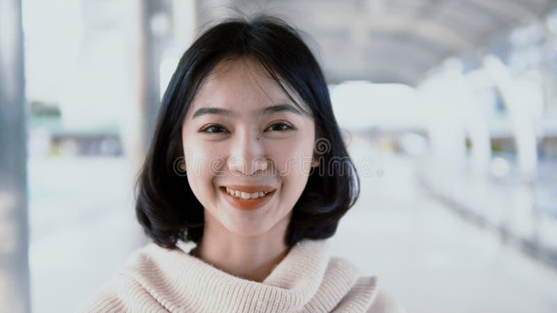 Adolescent asiatique de portrait joli regardant l'appareil-photo et le sourire images libres de droits