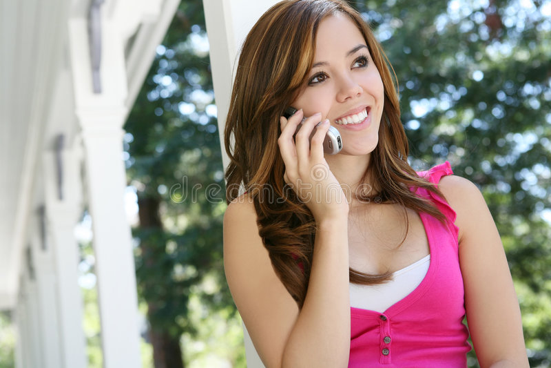 Adolescent au téléphone image stock
