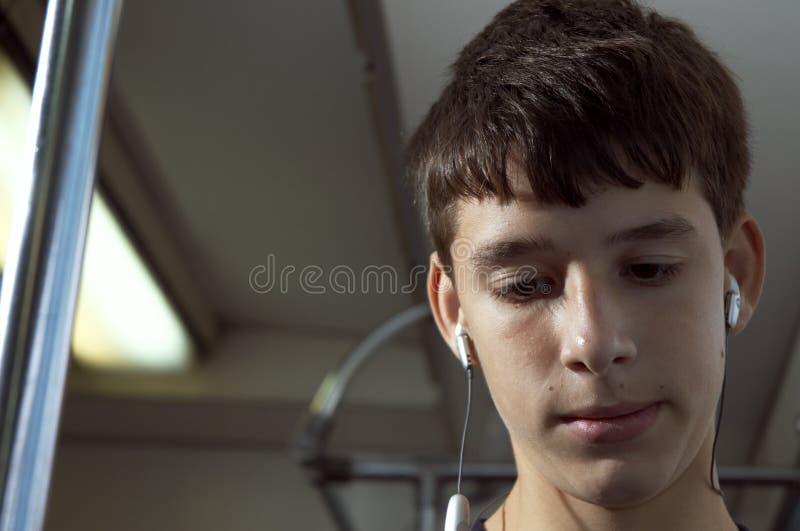 Adolescent avec des écouteurs photographie stock