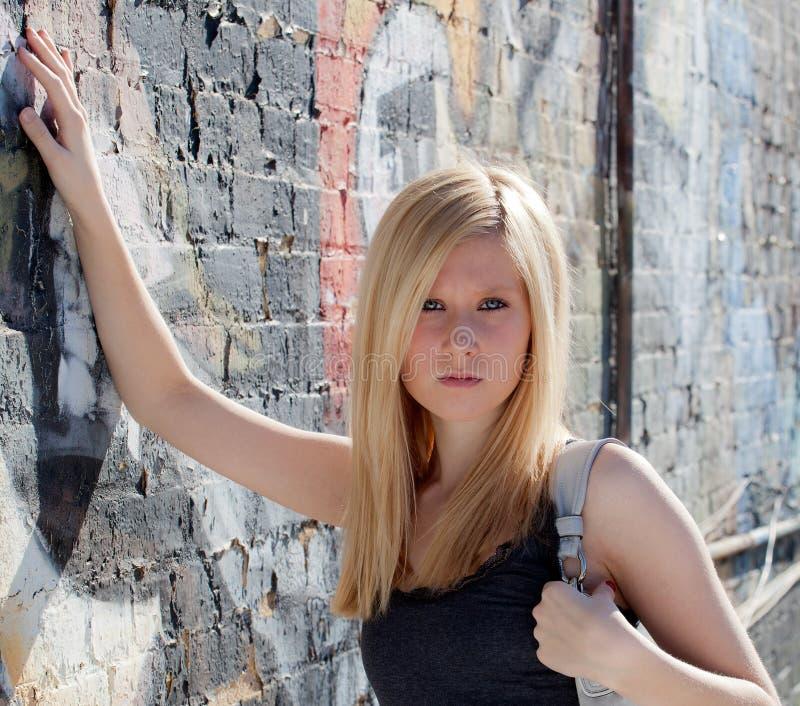 Adolescent avec la bourse contre le mur de graffiti photo libre de droits