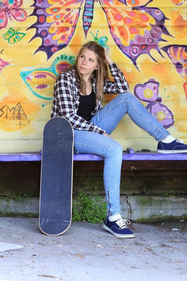 Adolescent avec la planche à roulettes images stock