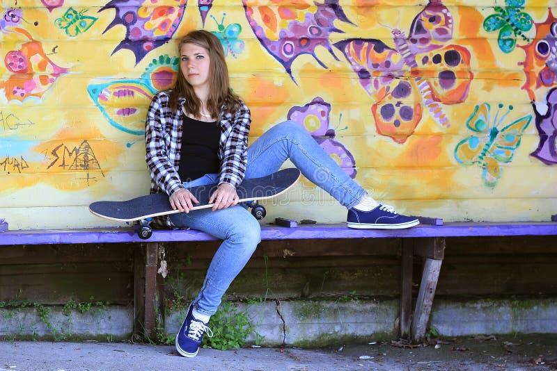 Adolescent avec la planche à roulettes image libre de droits