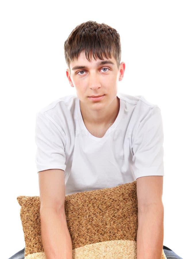 Adolescent avec le coussin photo stock
