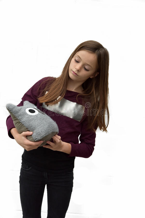 Adolescent avec le hibou de textile photographie stock