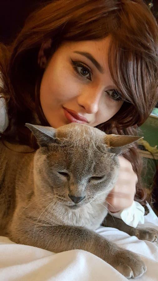 Adolescent avec son chat d'animal familier image stock
