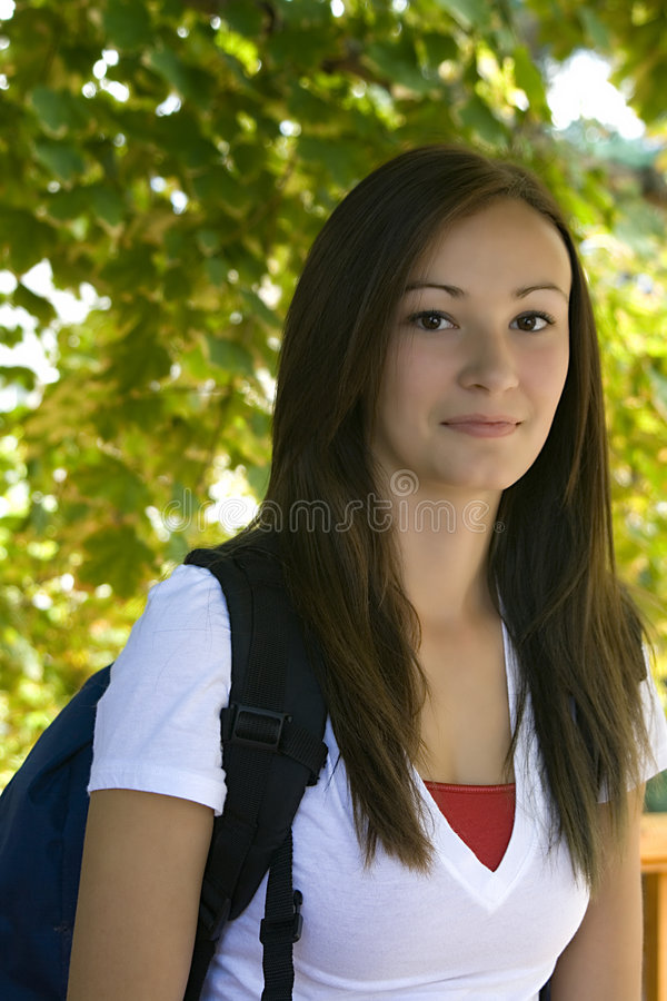 Adolescent avec son sac à dos images stock