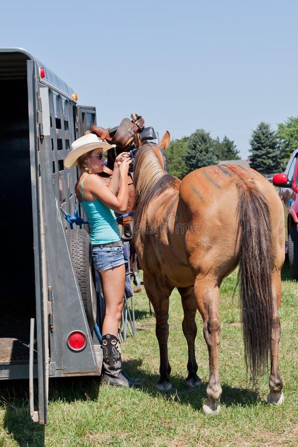 Adolescent avec un cheval images libres de droits