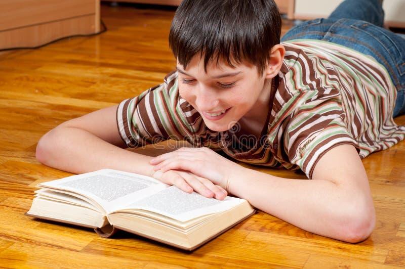 Adolescent bel affichant le livre images libres de droits