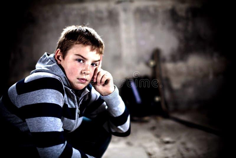 Adolescent bel regardant assuré l'appareil-photo images stock