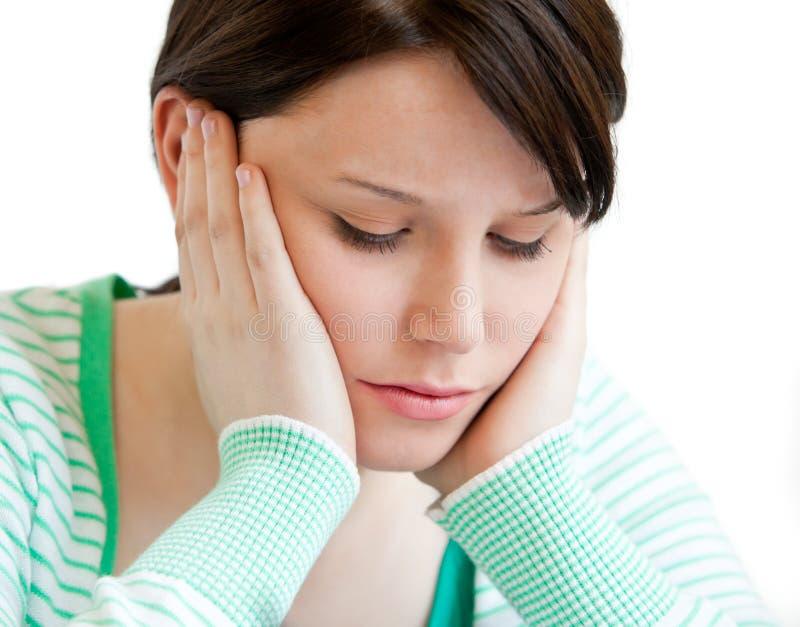 Adolescent déprimé retardant sa tête sur sa main image libre de droits