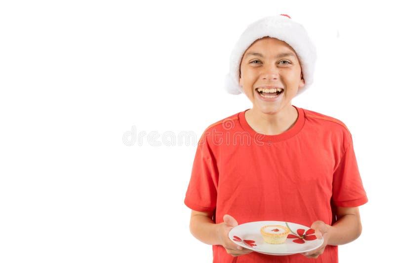 Adolescent d'isolement sur le fond blanc avec un bakewell de cerise photographie stock