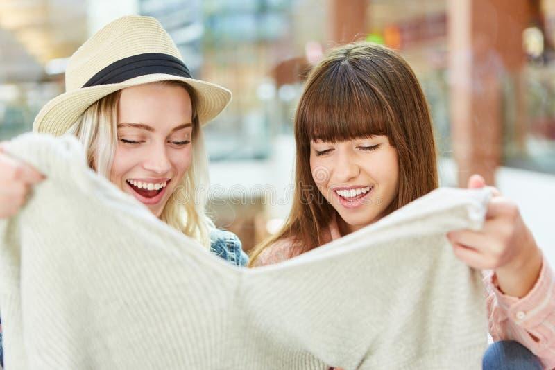 Adolescent dans des achats de chandail dans la vente au détail photo libre de droits