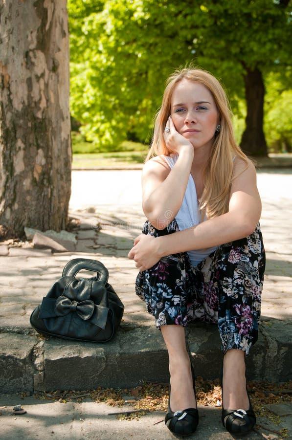 Adolescent dans la dépression à l'extérieur image libre de droits