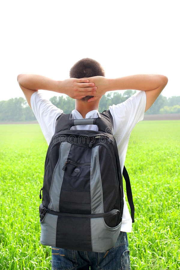 Adolescent dans le domaine image stock