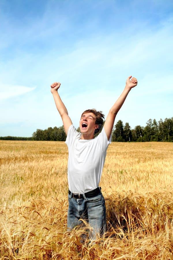 Adolescent dans le domaine de blé photographie stock libre de droits