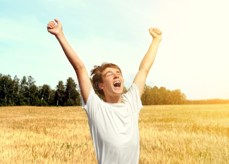 Adolescent dans le domaine de blé image libre de droits