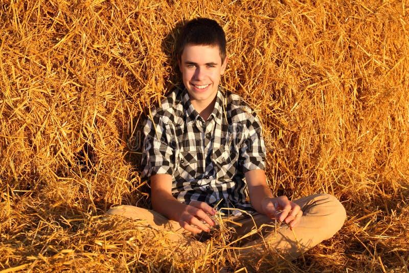 Adolescent dans le foin image libre de droits