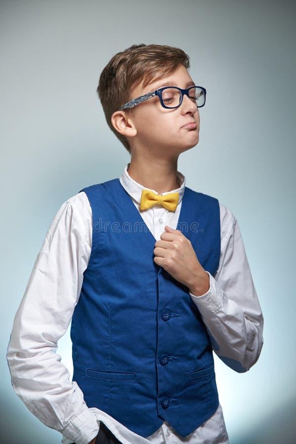 Adolescent de ballot de garçon avec des verres Utiliser une chemise avec un noeud papillon image libre de droits