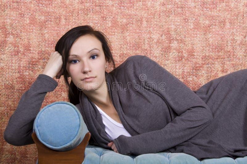Adolescent de Bautiful sur le divan photographie stock