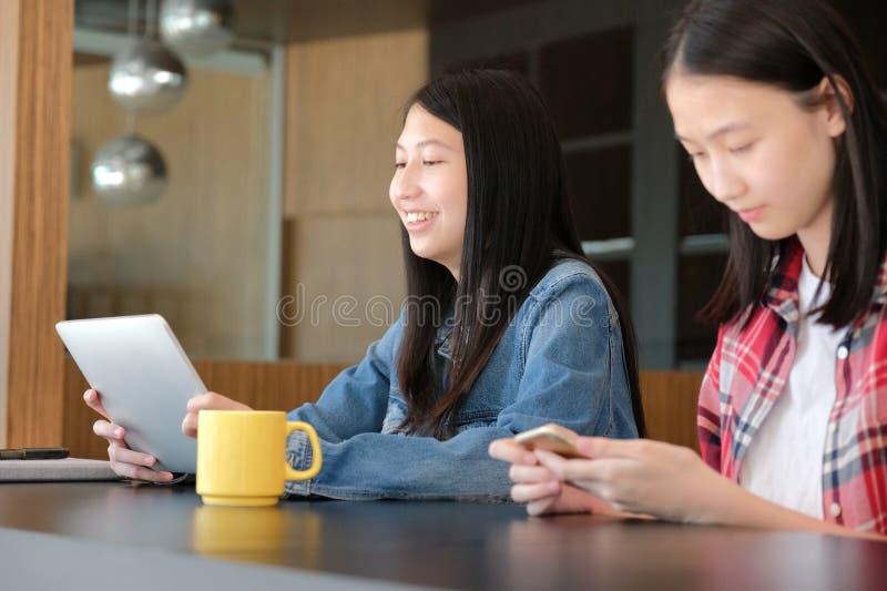 Adolescent de fille de femme à l'aide du smartphone de comprimé photo stock