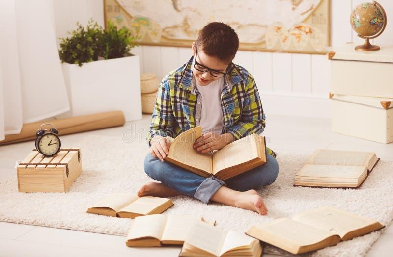 Download Adolescent De Garçon étudiant, Livres De Lecture, Se Préparant Aux Examens Au Hom Image stock - Image du apprenez, livre: 76081449
