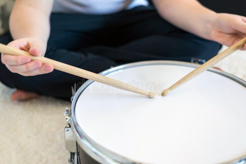 Adolescent de garçon jouant des tambours dans la chambre photo stock